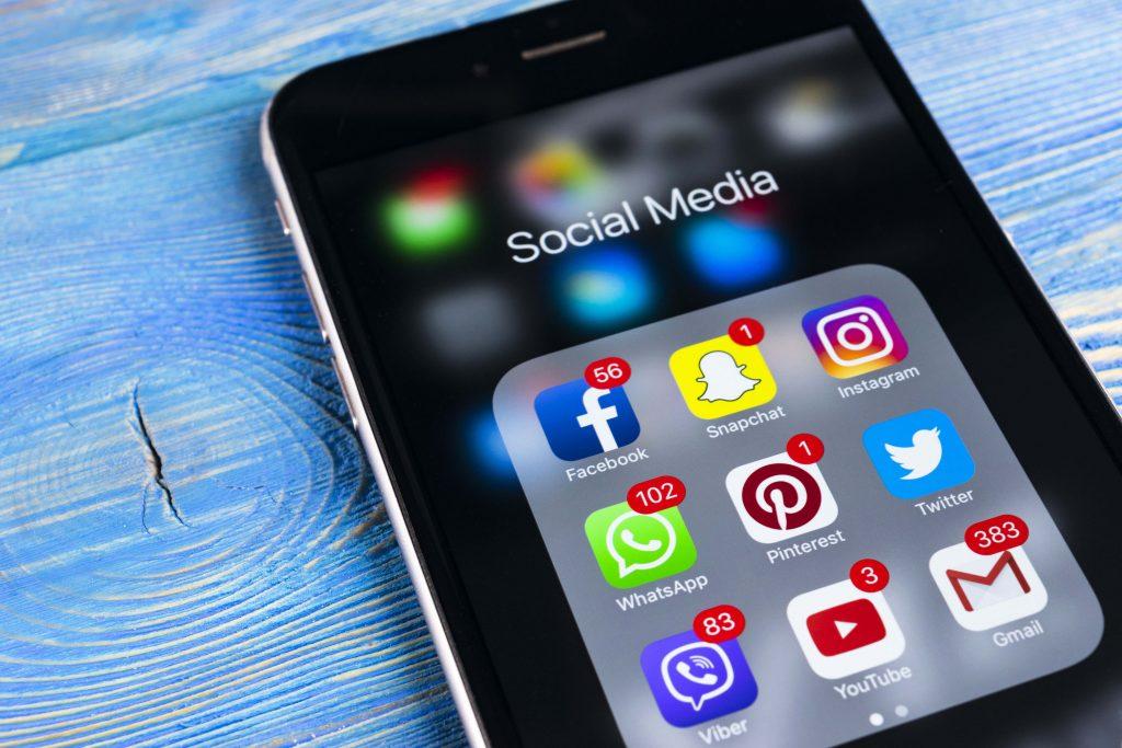 iPhone, jonka sovellus näkymässä auki useita sosiaalisen median sovelluksia, kuten facebook ja snapchat.